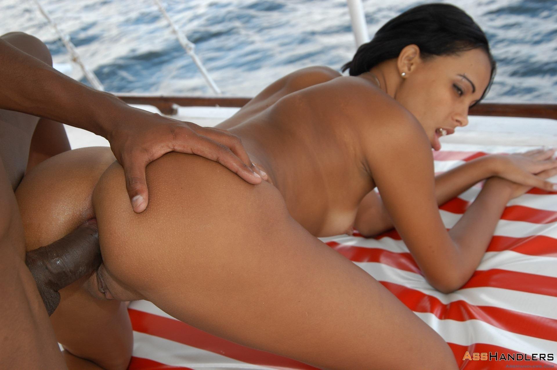 Брюнетка не сдержалась и дала в анал на яхте