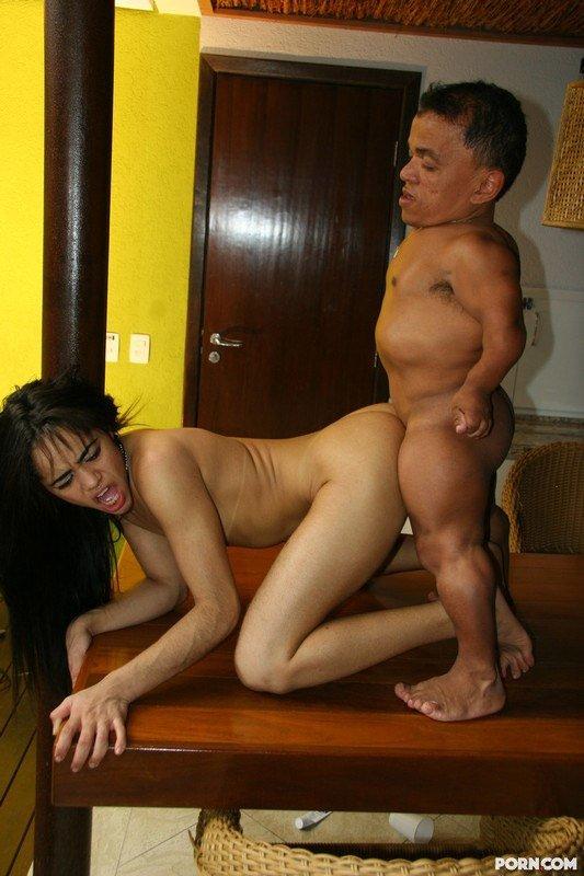 урод трахает сексуальную красотку проститутку королева