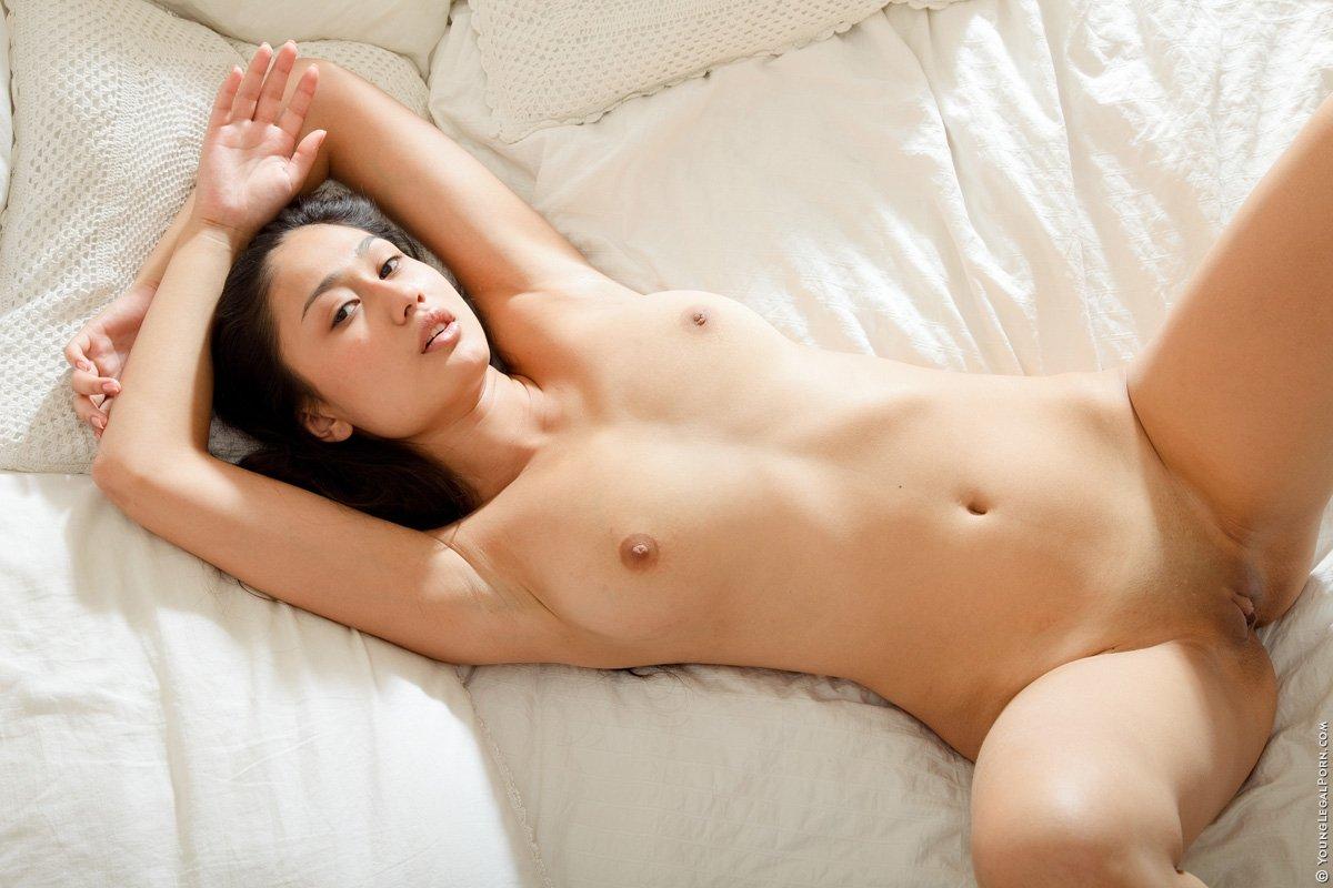 Азиатская милаха побрила киску перед фотосетом
