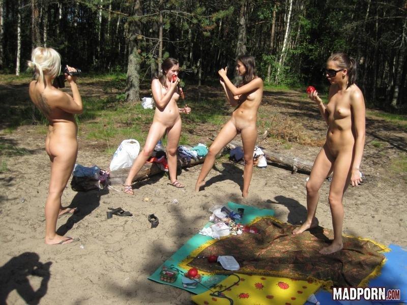 Четыре телочки, на пикнике в лесу устроили пьяную оргию между собой