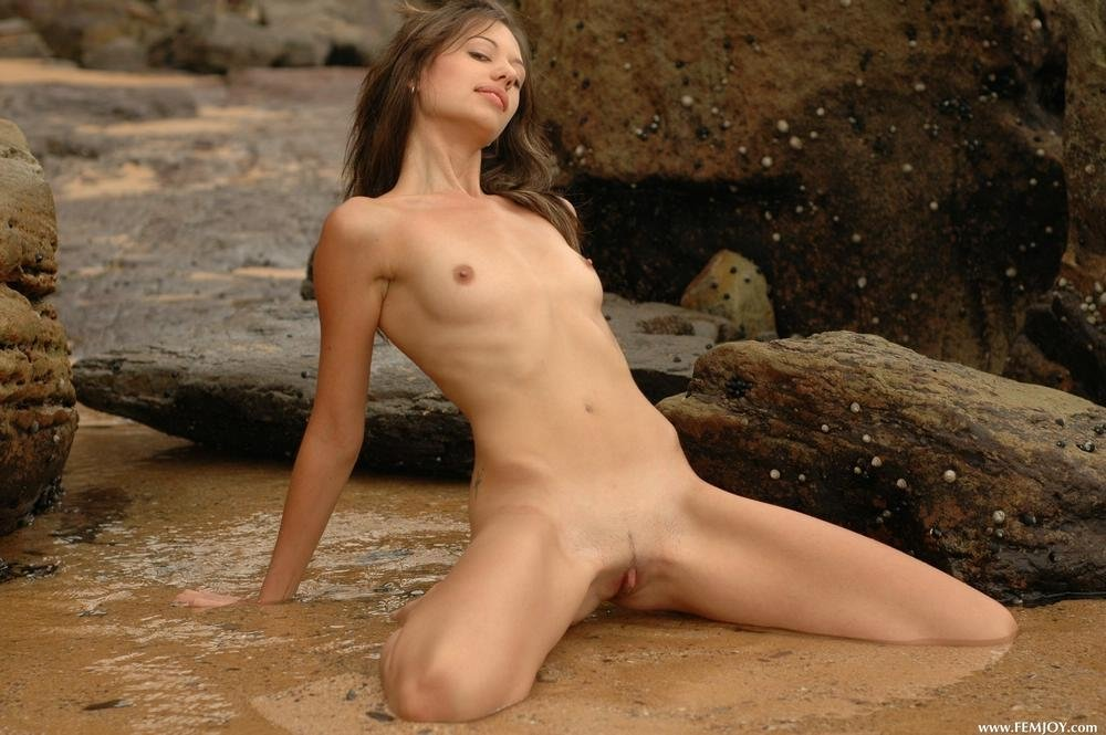 Худая девушка пришла на пустой пляж совсем не плавать