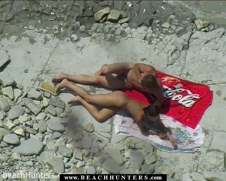 Шпилятся тихонечко на пляже