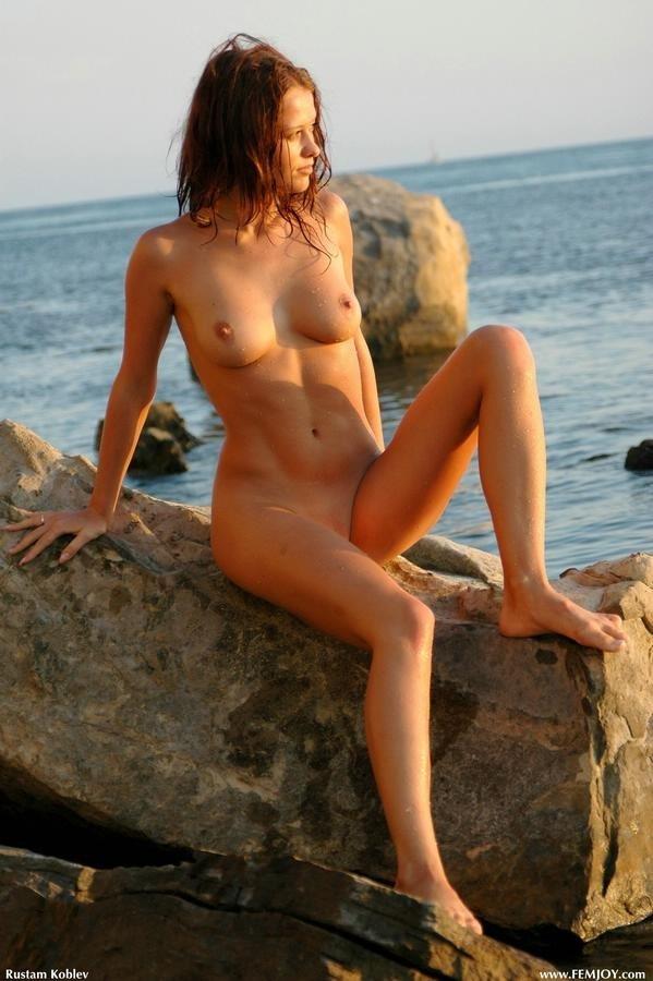Молодая вышла голая из воды