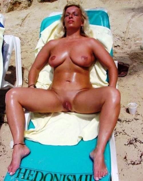 Зрелые спортивные женщины голые на пляже