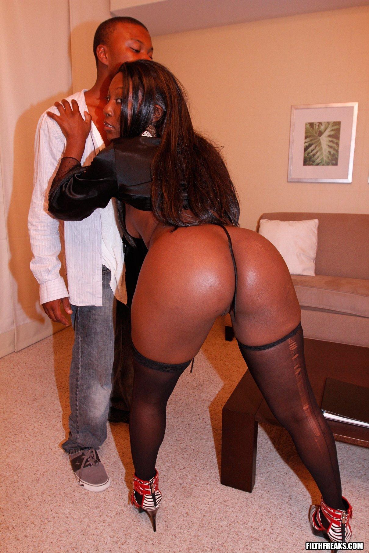 Негритянка с большой жопой прыгает на члене негра
