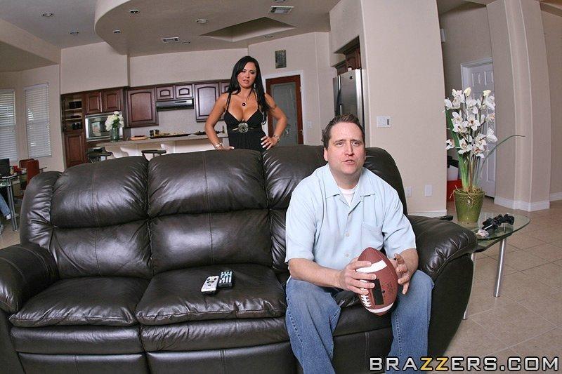 Две стройные шмары перепихнулись с упакованным мужчиной у него дома