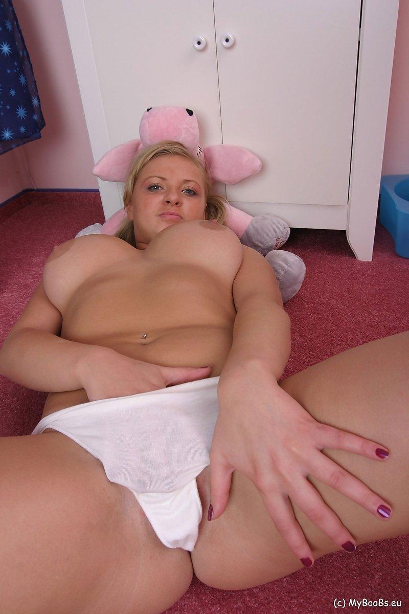 Блондинка с большими сиськами снимает майку и трусы