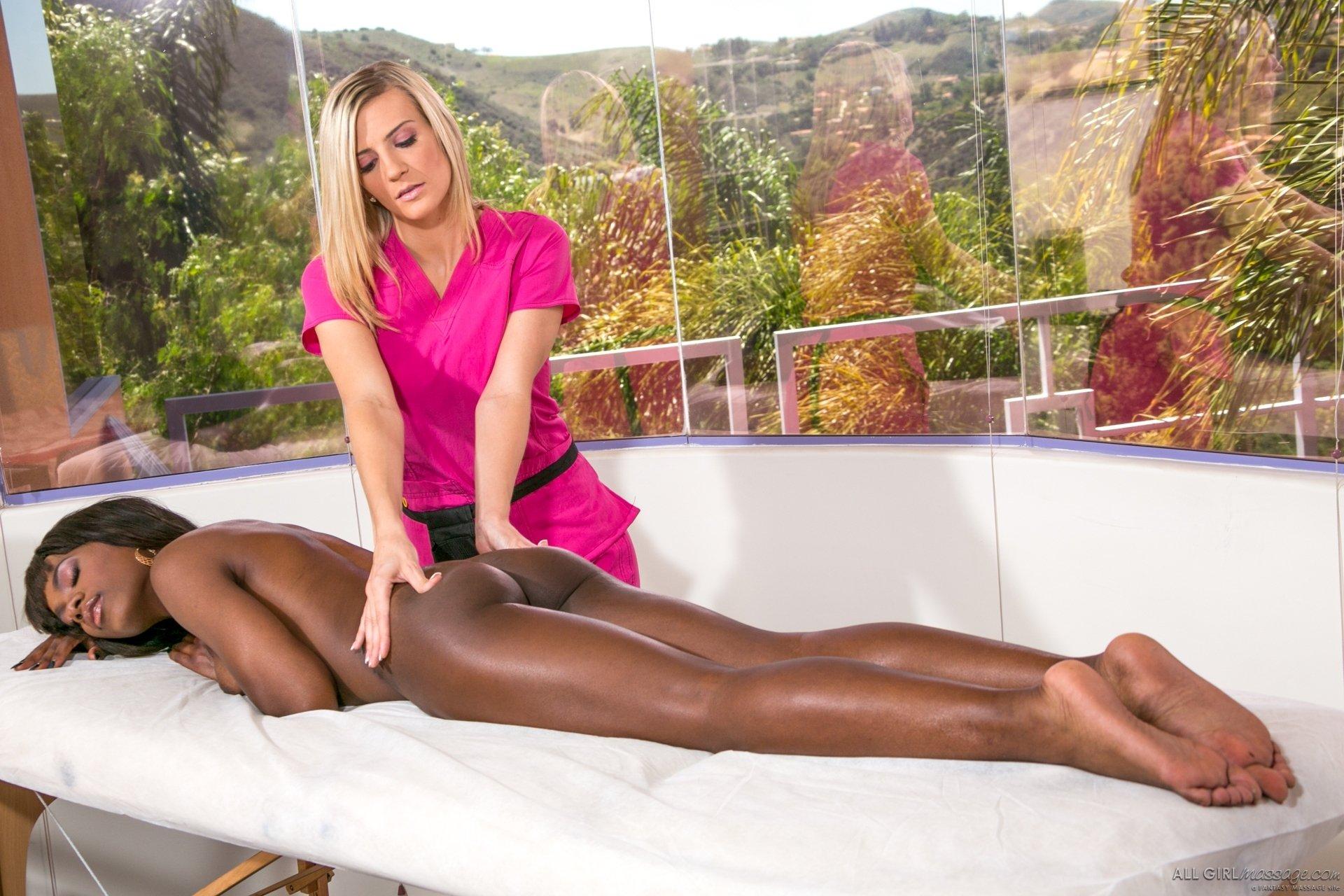 Две темнокожие девушки соблазнили белокурую массажистку