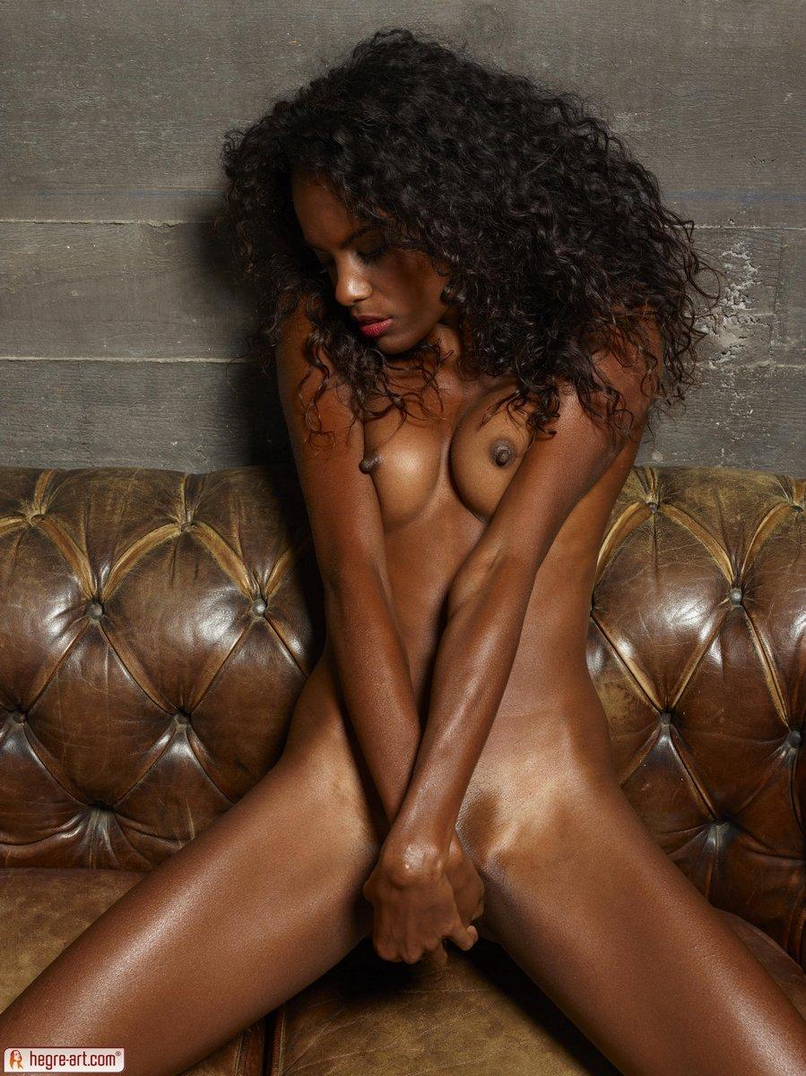 Ослепительно сексапильная негритянка позирует полностью голая