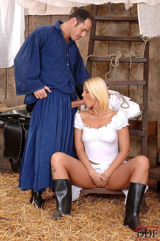 Статная блондинка шпилится в очко на сеновале