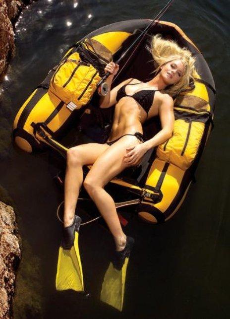 Секси девушки с удочками на рыбалке