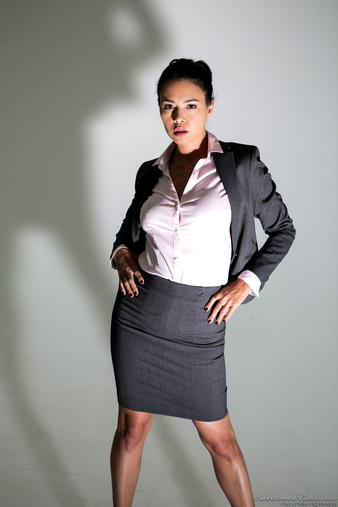 Красивая азиатка сняла офисный строгий костюм