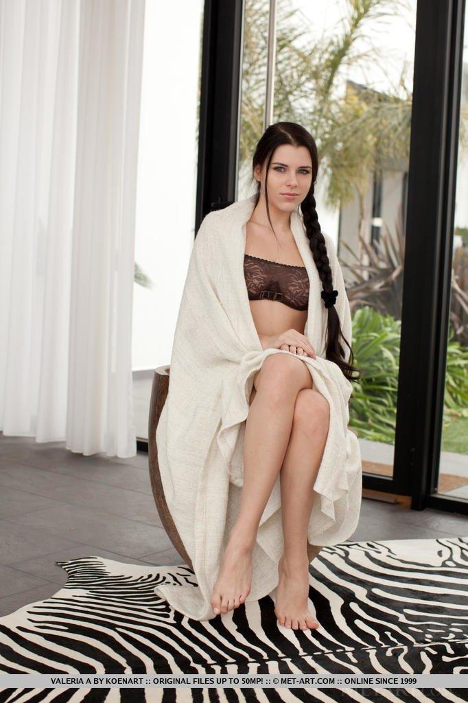 Девчонке стало жарко и она скинув полотенце сняла и нижнее белье