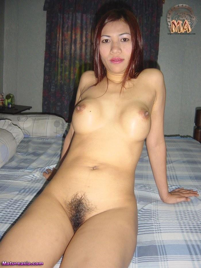 Зрелая филиппинка после секса догоняется дилдом