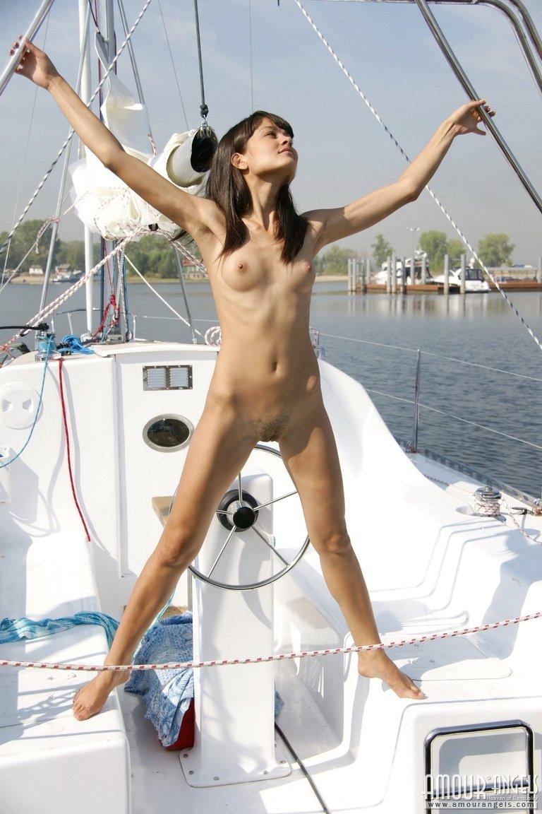 Молоденькая ходит голая по яхте