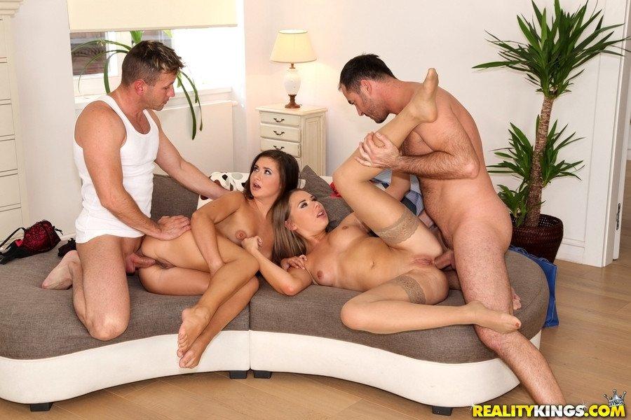 Секс на диване групповой, горячие сайты задницу