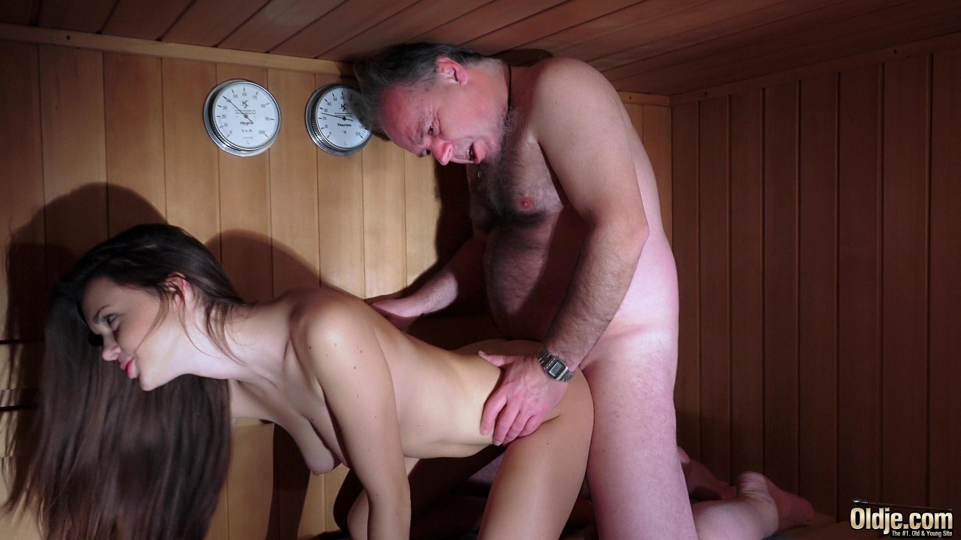 parni-v-saune-vizvali-prostitutku-video