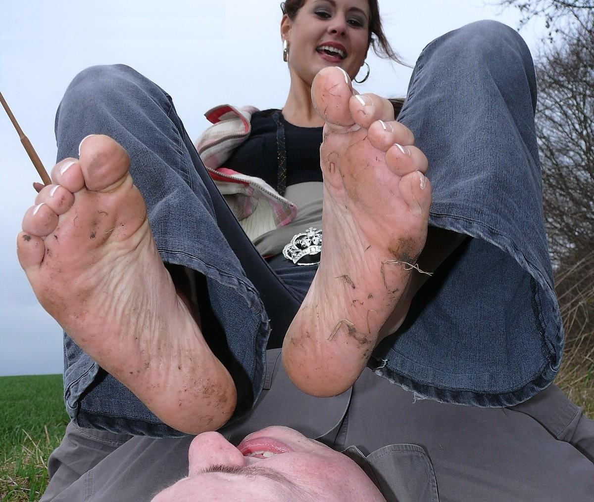 Лижет грязные ступни