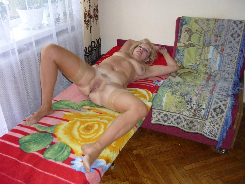 глаза покраснели, фото зрелая женщина голая на кровати могут