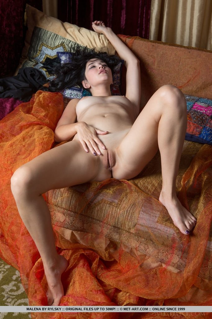 Красивая мулатка показывает голую пизду