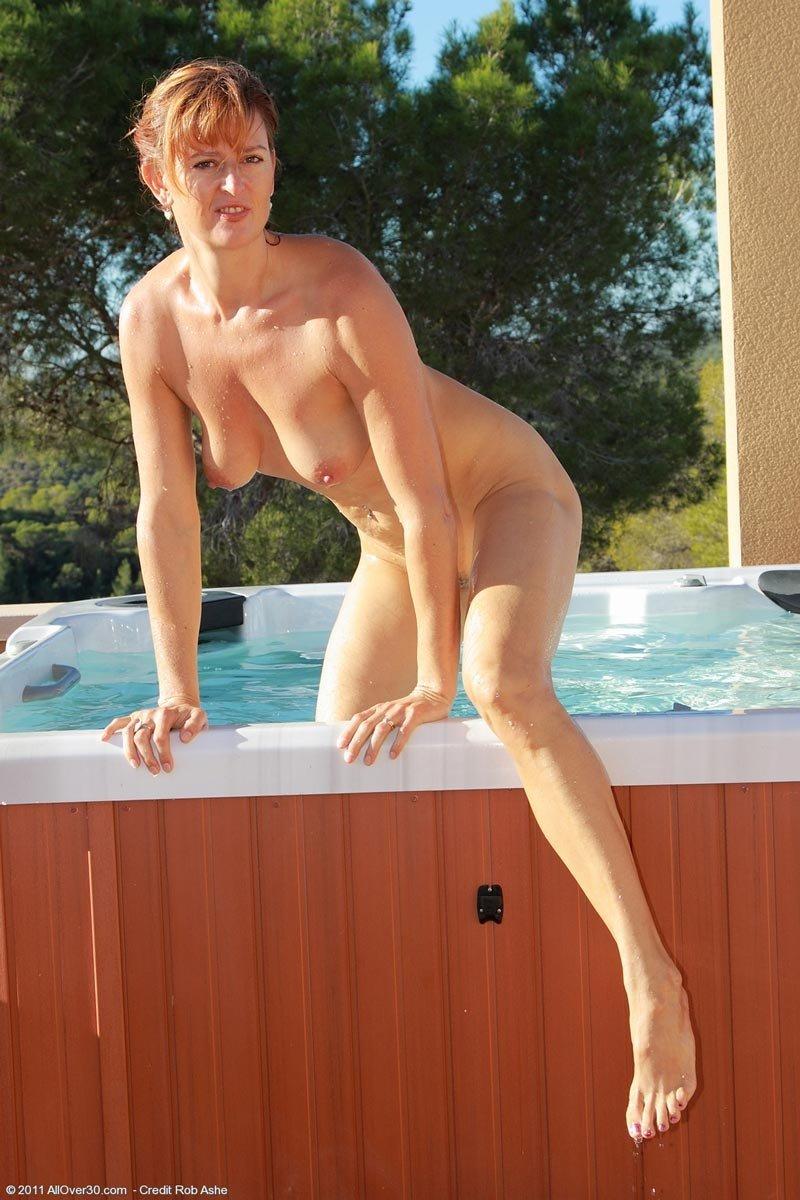 Зрелая рыжая дама поплескалась в бассейне голая