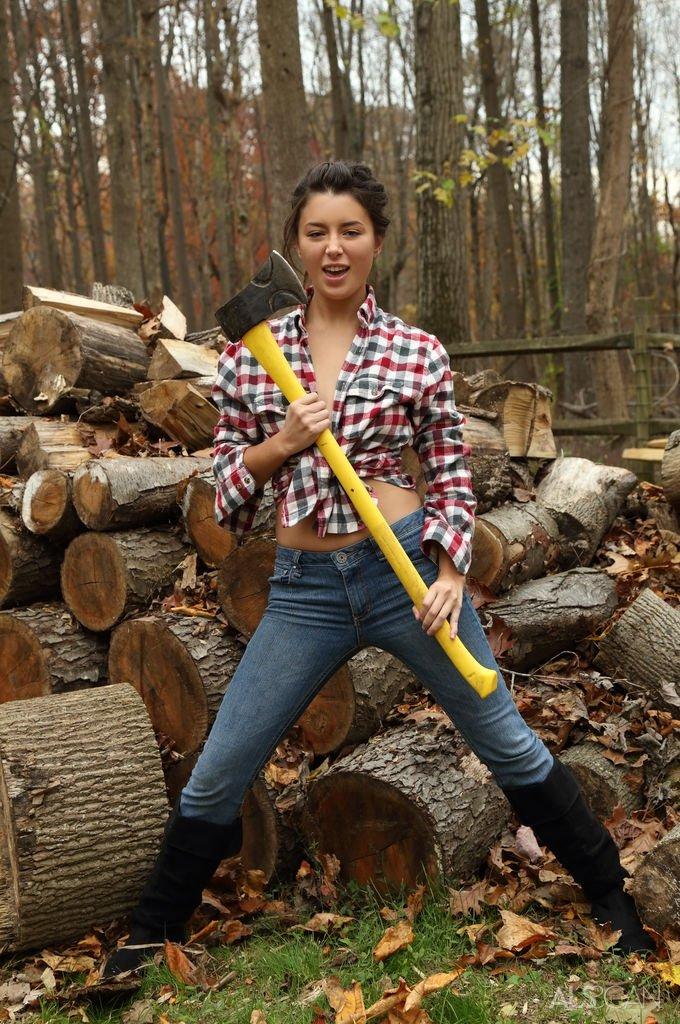 Озабоченная жена лесника возбуждается от рубки дров