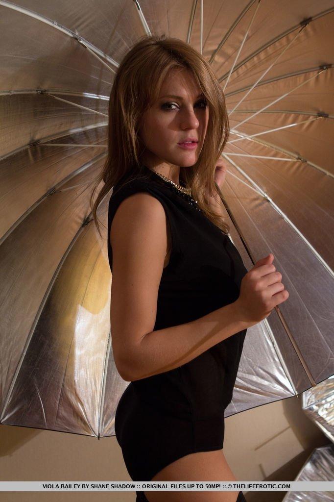 Шатенка с зонтиком