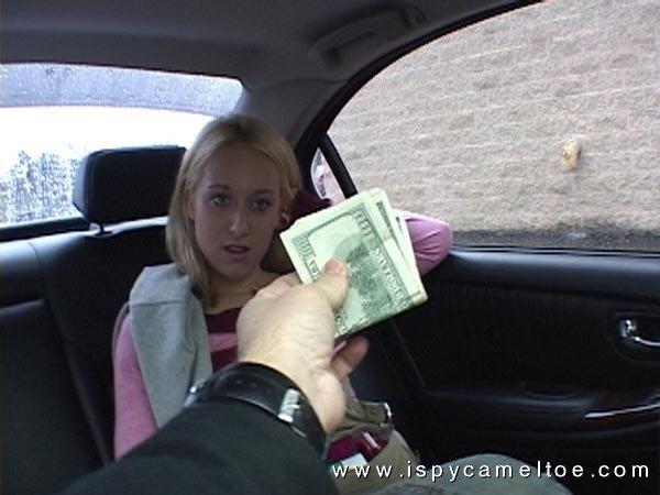 Телочка с красивым камелту на пизде за деньги потрахалась с короткоствольным мужчиной