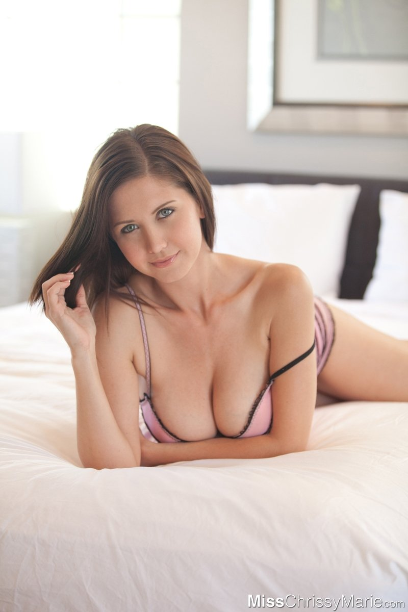 Соло шатенки Chrissy Marie на кровати