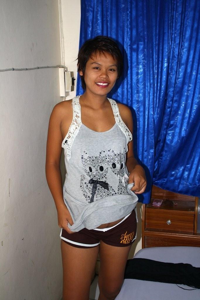 Беременная филиппинка показывает волосатую пизду