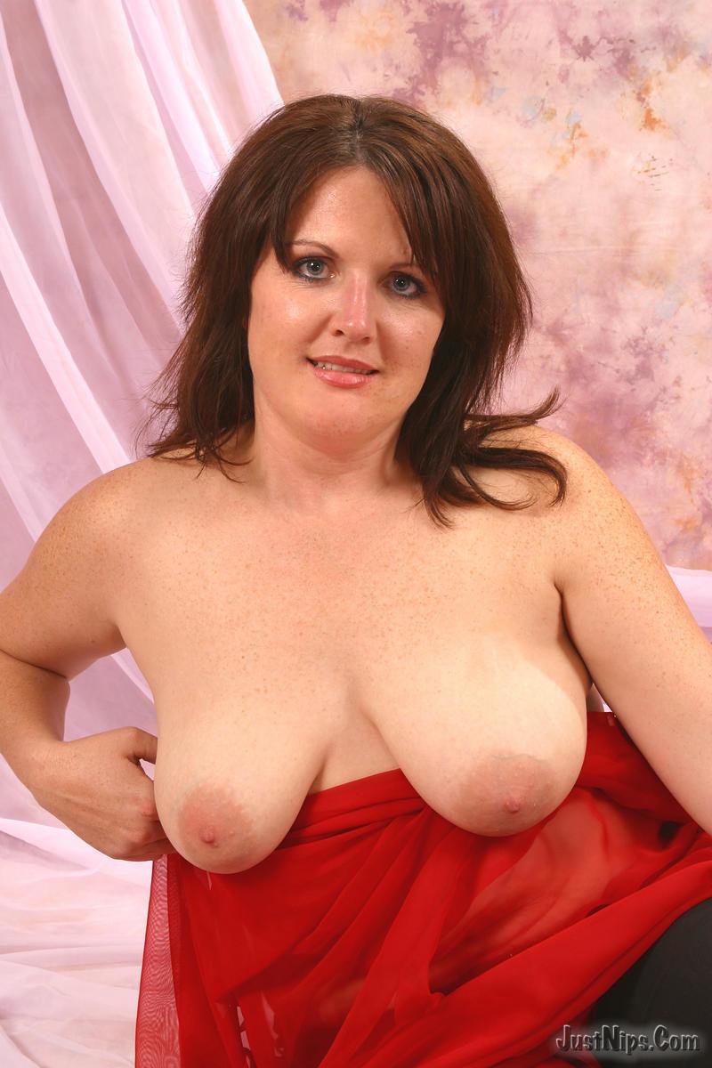 Пышка София сжимает свою возбужденную грудь