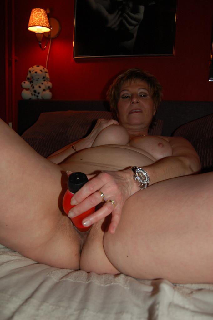 Пожилая Анна сосет и мастурбирует
