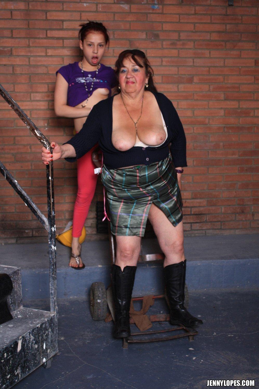 Молодая мулатка ковыряется в пизде жирной женщины