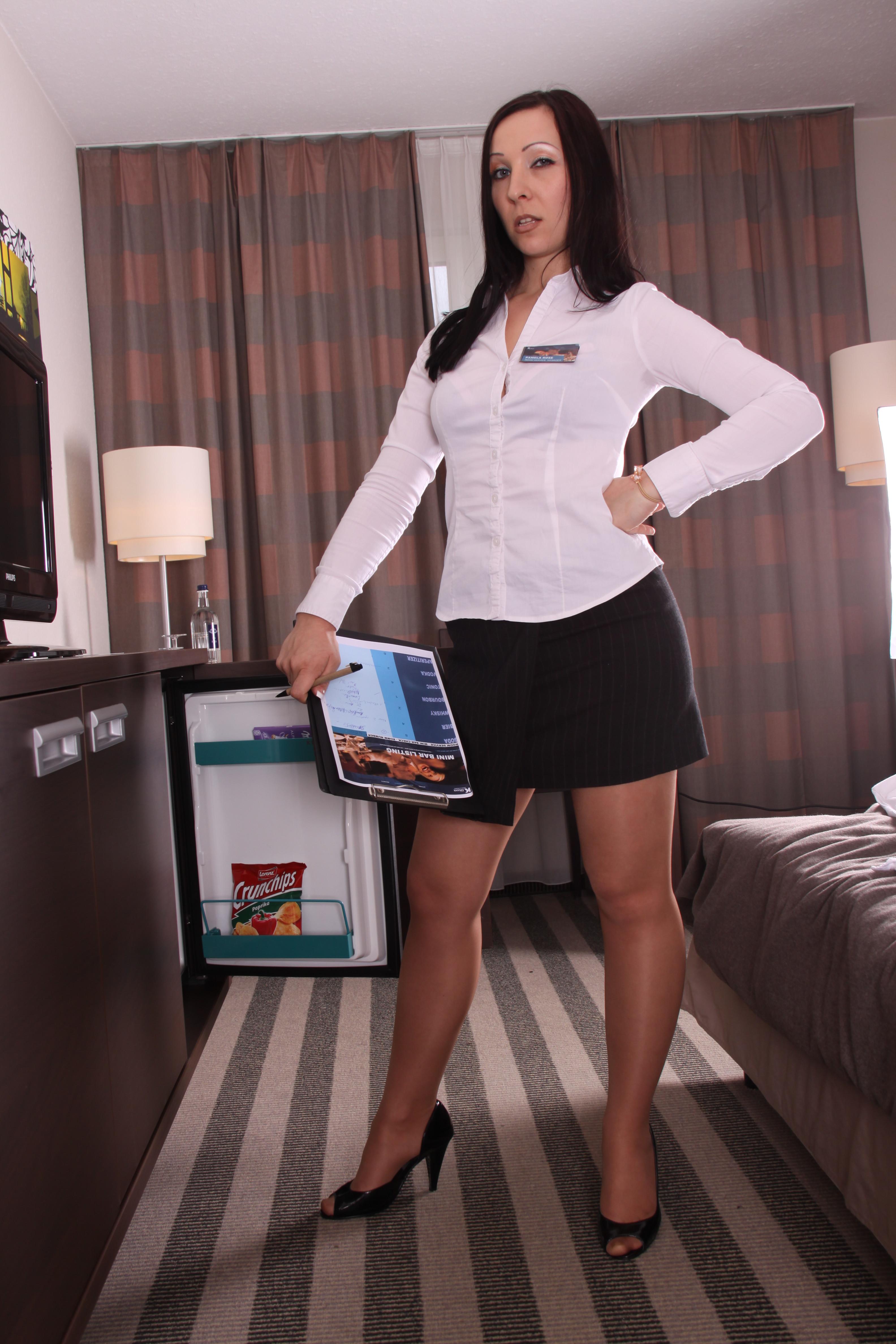 Секретарша пришла домой с работы, сегодня ее видимо не ебали