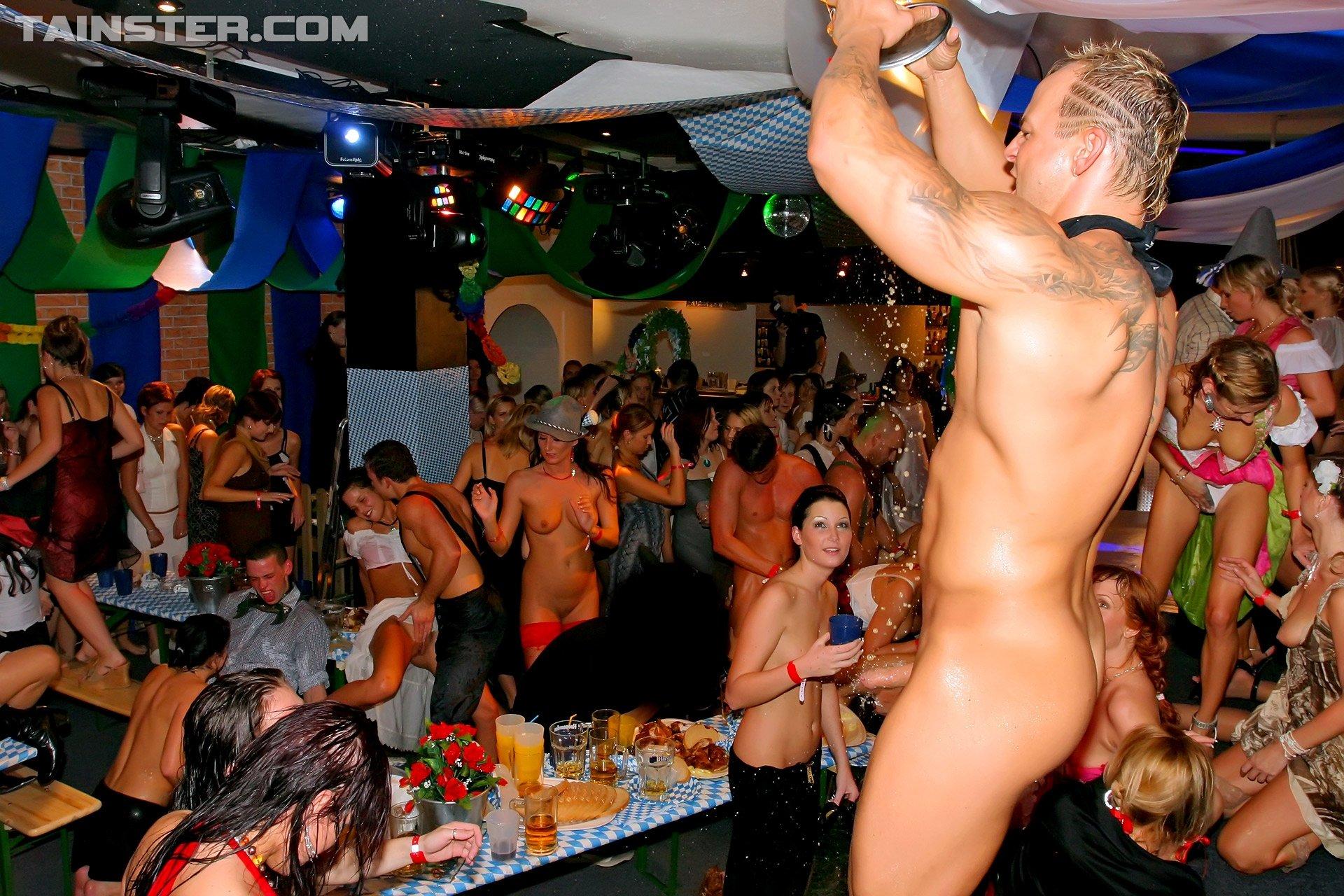 Голые мужчины и женщины в одежде - Фото галерея 866003