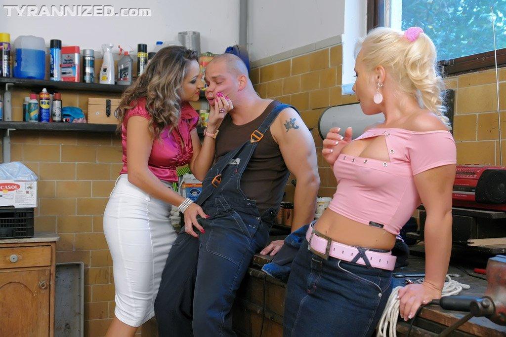 Голые мужчины и женщины в одежде - Фото галерея 711742