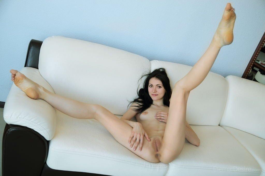 Узкожопая девушка и ее голые гениталии