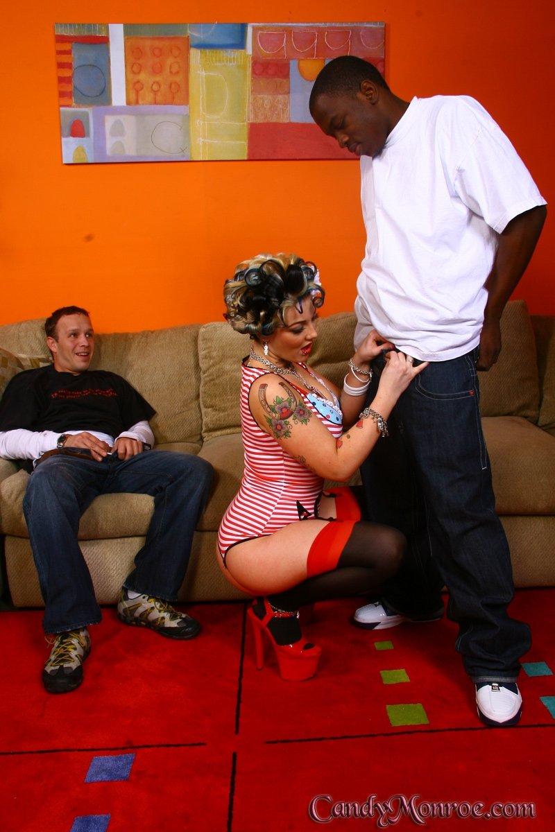 Шаловливая домохозяйка ебется с негром при муже