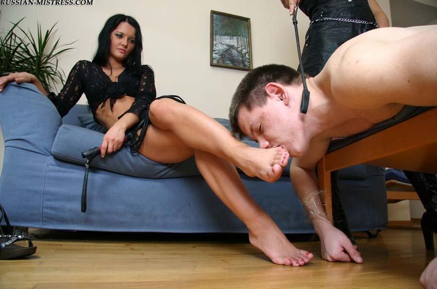 парень лижет ноги госпоже видео - 12