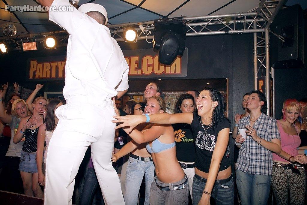 Голые мужчины и женщины в одежде - Фото галерея 754696