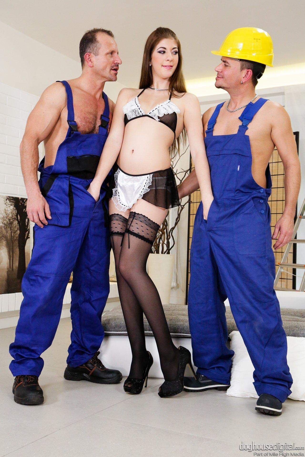 Два строителя ебут и заливают спермой попку молодой заказчицы