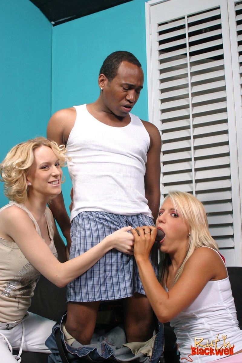 Две взрослые блондинки дали темнокожему мужчине