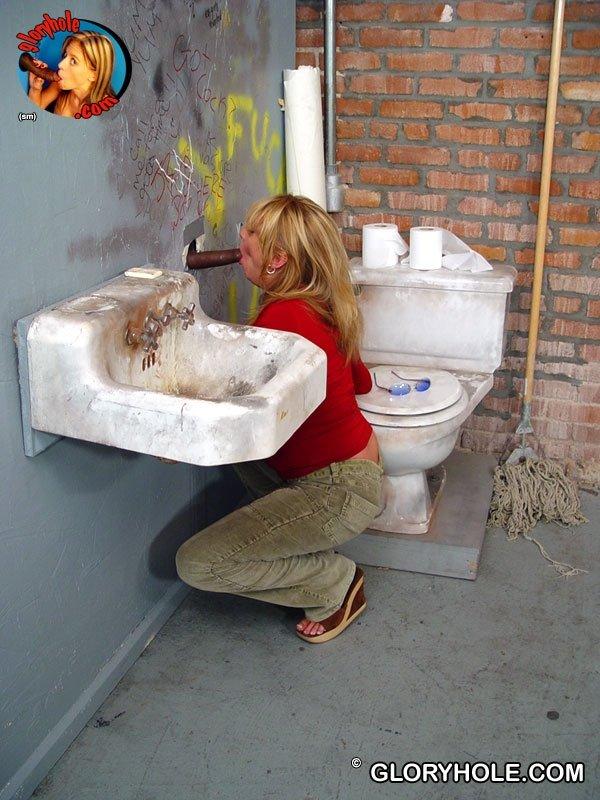 Зрелая ебется в грязном туалете