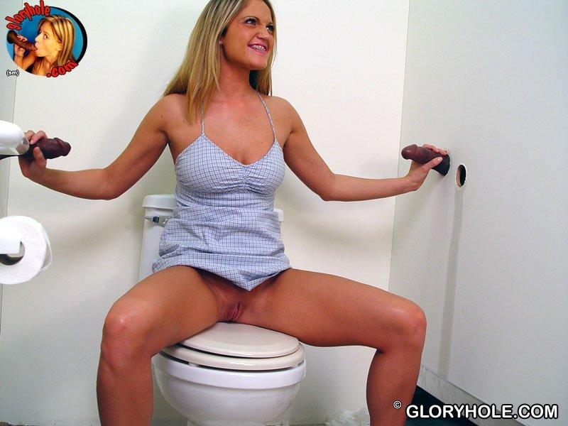 Женщине повезло, в туалете ее ждали сразу два члена