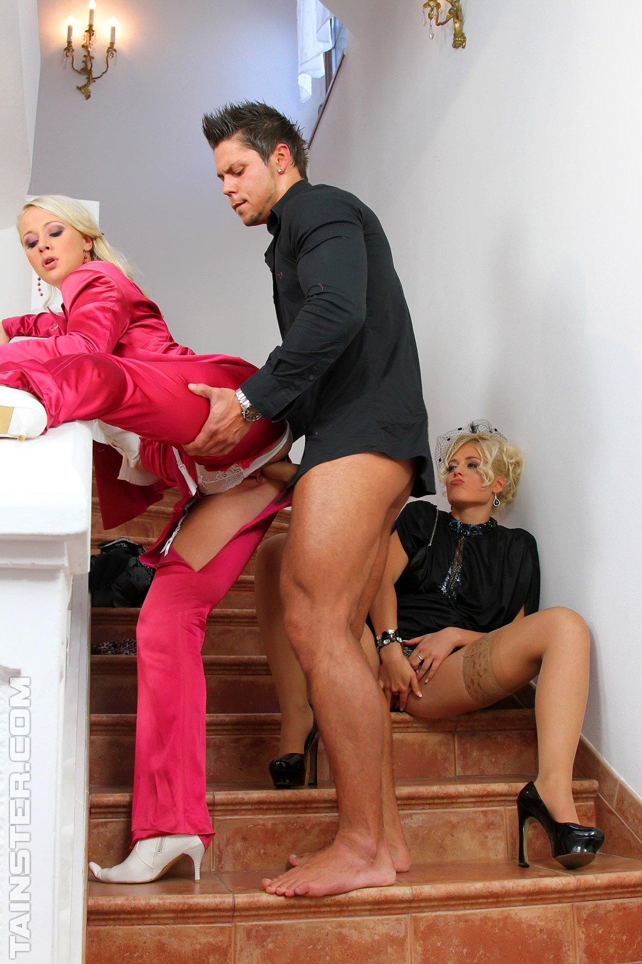 Перепихнулись и обоссались на лестнице