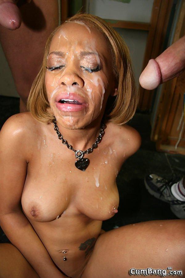Негритянку завафлили мужики и залили спермой