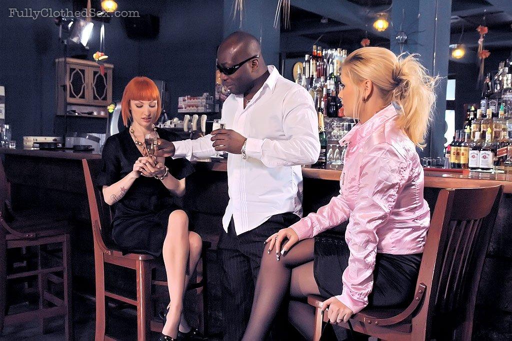 Бляди отдаются негру прямо в баре