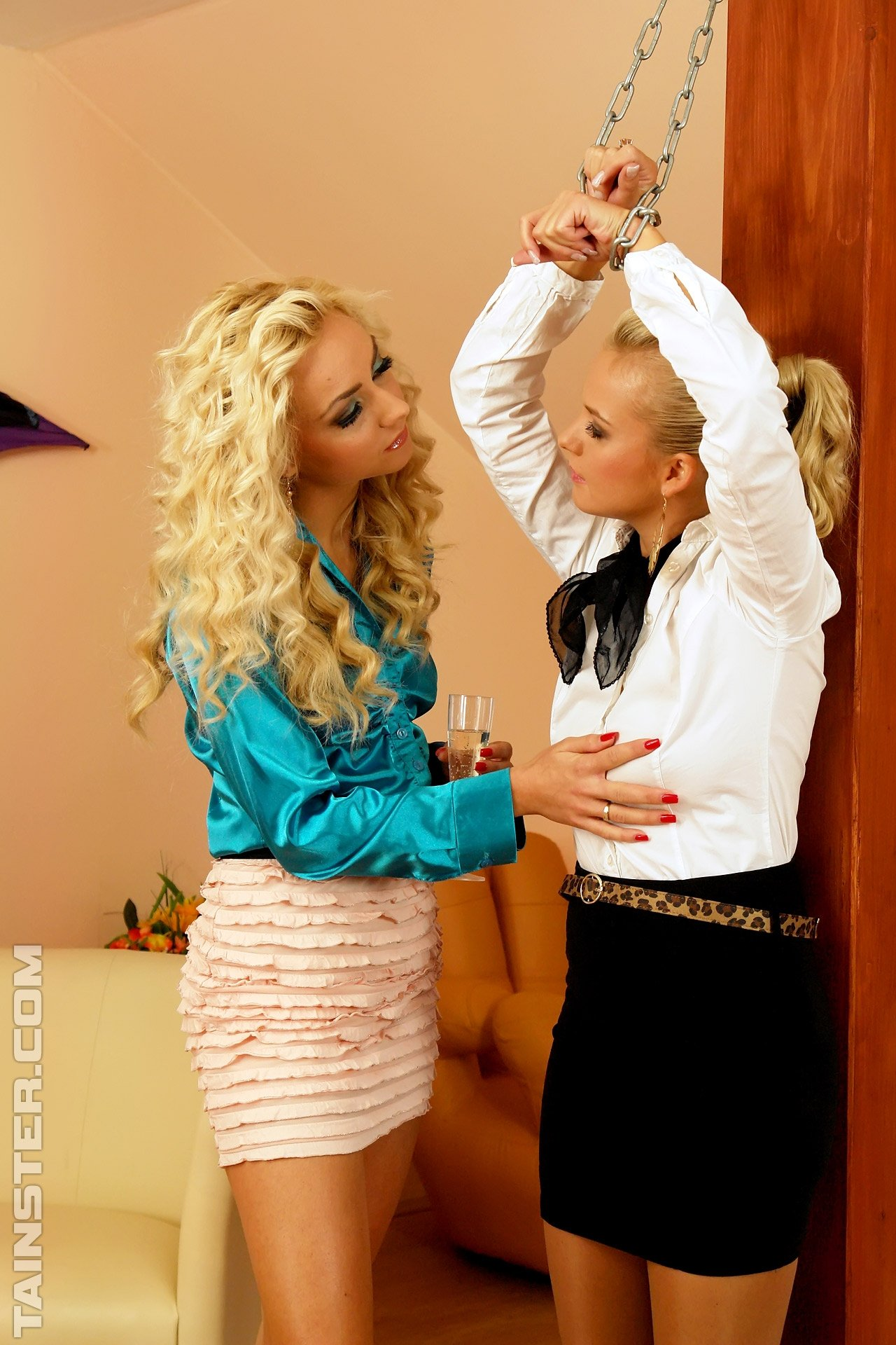 Лесбиянки в одежде ссут друг на друга