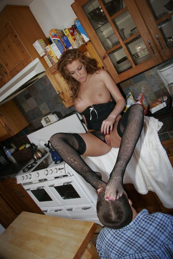 Женщина дает лизать пизду и ножки, но потом все-таки сосет