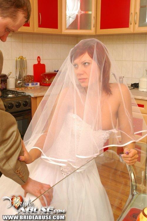 Пьяный друг жениха присунул невесте